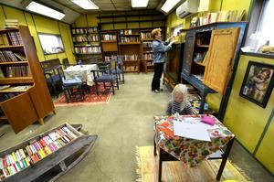 Väl genomtänkt. I biblioteket finns även en hörna där barnen kan läsa eller rita. Här har Solveigs barnbarn Linnea tagit plats.