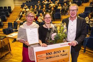 Maria Hedlund, ordförande för Sparbanksstiftelsen i Norrland, delade tillsammans med stiftelseledamoten Stig Wiklund ut konstnärsstipendiet till Sebastian Mügges fru eftersom han inte kunde närvara.