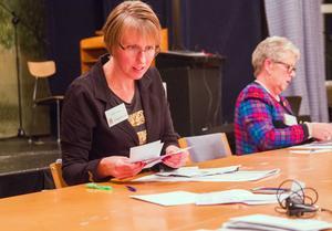 Valförrättare Annika Forslin och Karin Eriksson har koll på valresultatet.