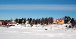 Här i marken vid vattnet mellan bron över Ströms Vattudal och Virgokajen kan miljöfarligt avfall ha grävts ned för dryga 40 år sedan då småindustrier fanns verksamma i området. Nu har länsstyrelsen kallats in för att undersöka saken.