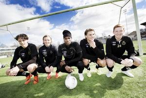 Mark da Silva Lindström, Christoffer Aspgren, Tshutshu Tshakasua, Jakob Hjelte och Erik Olsson har följts åt i Gefle IF:s pojk- och juniorlag. Nu är alla uppflyttade i a-lagstruppen, med samma mål – att slå sig in bland seniorerna.