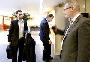 Förhandlingar. Carl Rydeman, ordförande i hyresnämnden, (till höger), resonerade med Daniel Sahlberg, jurist på Svensk Handel, innan förhandlingarna startade på torsdagen.