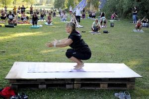 Carola Persson är instruktör på yogaskolan.