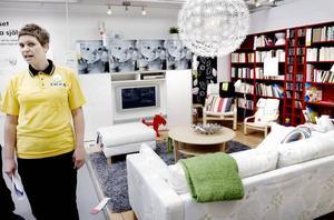 Visar nya produkter. Johanna Hedberg, försäljningschef på Ikea i Valbo berättar att butiken har ungefär 1 000 nya produkter i butiken. Totalt har butiken 9 100 produkter.