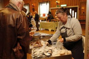Fiskhandlaren Anette Österman från Bollnäs sa att Färilaborna är stora fiskköpare.– Folk är alltid glada och köpglada här, sa hon.