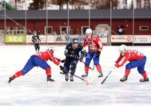 David Jansson på väg igenom Västanfors-försvaret.