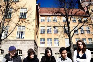 2007. Daniel Riazat är elev på Västra skolan och blir intervjuad inför Valbordsmässoafton tillsammans med kompisarna.