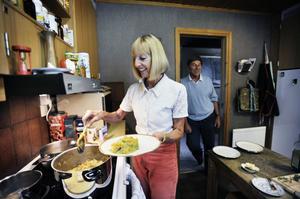 Det är Martine som tar hand om matlagningen. Luc har dock ett ansvarsområde–att göra i ordning potatisen.