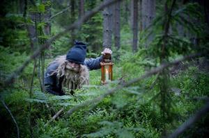 Skogstomten vill gärna ha en klick smör på gröten som ställs ut till honom.