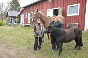 Lena Lidström, till vänster, är initiativtagare till föreningen som kämpar för en säkrare trafikmiljö för hästarna. Linnea Åslin, till höger, är också engagerad i arbetet.