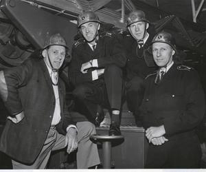 Varje gång Gunder kom hem till Gävle sedan han flyttat till Malmö hälsade han förstås på på brandkåren, och den här gången torde alla de gamla kompisarna ha slutat springa. Kanske var det någon gång på 60-talet som Gunder poserade tillsammans med Gösta Bergkvist, Olle Åberg och Henry Eriksson.