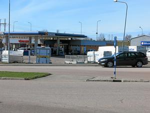 Inga vita streck längre. Peter Östling vill ha tillbaka övergångsstället som fanns här i kurvan vid Hammarbyrampen.