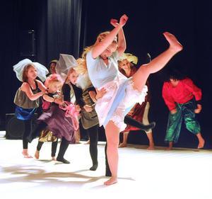 Sara Larsson i föreställningen Alice i Underlandet som Viksjöforsbaletten har jobbat med i höst. Flera av balettens dansgrupper var med. Totalt räknar Viksjöforsbaletten 100 aktiva varje vecka.