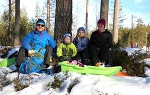 Publiken trivdes. Här är det Martin, Oskar, Kajsa och Sandra Edvinsson från Malung. Malungs skidstadion är också deras arena när de ska åka skidor.