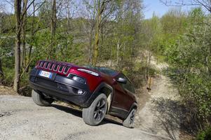 En backe med 35 graders lutning (70 procent) låter inte så avancerat, men det känns som att köra uppför en vägg. Nya Jeep Cherokee Trailhawk klarar uppgiften utan dramatik.