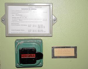 Rolig detalj. Nödstoppsknappen sitter kvar på väggen inne i stationsbyggnaden.
