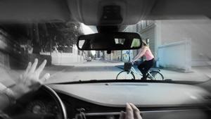Risken är att musiken i hörlurarna stjäl uppmärksamhet från situationer i trafiken. Bilden är arrangerad.