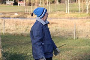 Ulla Gustavsson visar runt på det fyra hektar stora området, där fåren betar. Vi har haft får i 18 år och inget har hänt tills nu, säger Ulla.