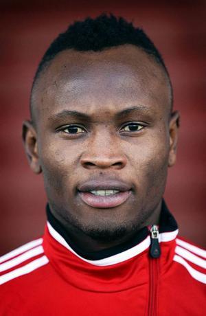 GIF Sundsvall har ÖFK-försvararen Samuel Mensah under uppsikt.