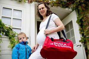 Doula på väg. Knapp Britta Eriksson vill ge kvinnor en positiv upplevelse av förlossningen. Det gör hon genom vara där och coacha, få dem att känna sig lugna och trygga. Sonen intill henne heter Knapp Knut Thyr.