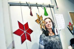 PYNT. Anna Törnhult Wallin från Forsbacka gör smycken och prydnadsföremål i glas. Nu när det närmar sig jul har hon dessutom utökat repertoaren med tomtar i betong.