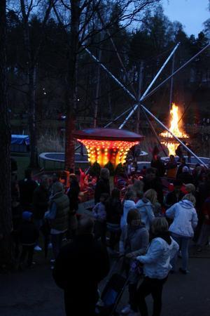 Både karuseller och eld lyste upp i skymningen
