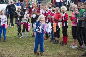 Prisutdelning i 10-årsklassen där alla fick hämta ett varsitt pris från klädstrecket. Här Edit Olofsson, OK Storsjön.