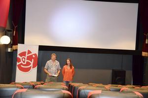 Roger Johansson och Sophia Beyer visade upp Socialdemokraternas två reklamfilmer på Filmstaden under tisdagen.
