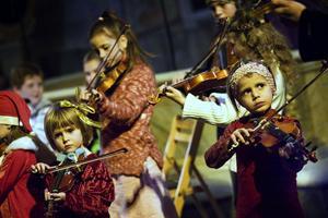 Det spelades på fioler i alla storlekar när Suzukigruppen bjöd på jullåtar.