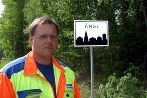Tord Jonsson med skylten vid infarten till Ånge och som betyder hastighetsbegränsning till 50 kilometer i timmen, trots att det inte finns några siffror på skylten.