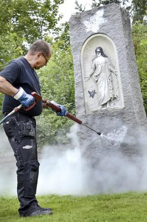 Kumla kyrkogård har utsatts för klotter på gravstenar och förråd.