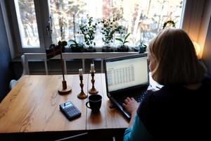 Det kan kosta dig jobbet att blogga om din arbetsgivare. Kvinnan på bilden har inegt med artikeln att göra.