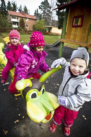 Barnen från Solrosbackens barnstuga tycker att den nya lekutrustningen är toppen. Närmast i bild står: Tuva Nordenståhl, Bella mc Dade och Astrid Nilsson.