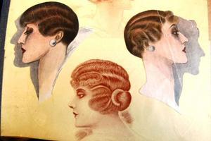 I frisyrboken från 1915 ses hårt ondulerade frisyrer som säkert krävde tålamod av såväl frisör som kund.