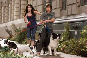 """Tonårsstjärnan Emma Roberts och hennes motspelare Jake T. Austin imponerar i """"Hundpensionatet"""", som annars är en rätt så medioker film. Foto: UIP"""