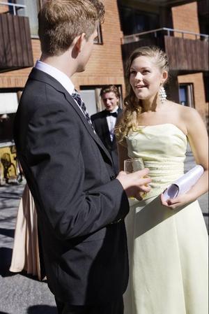 Emil Ericsson och Martina Brattlin njuter av solen innan de ska bege sig från förfesten mot balen.