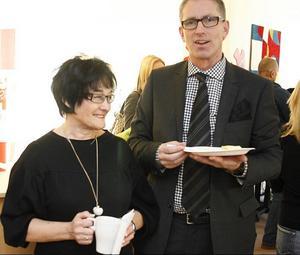 Visst finns det jobb mitt i krisen. Annkristin Åsell, delägare i redovisningsbyrån Redeko, har nyss anställt åtta nya medarbetare och önskade Bo Carlsson lycka till med den nya jobbstationen i Gävle.