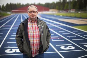 Att inte skjuta till de pengar som krävs för att friidrottsanläggningen ska hålla rätt standard skulle innebära avtalsbrott, enligt fritidschef Johan Öholm.
