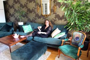 Eva Mattsson har inrett lägenheten på Brynäs i en bohemlyxig stil.