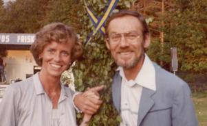 Inger Schönberg, från Östersund, och Gunnar Wiklund följdes åt på turné. Här en bild från början på 80-talet i samband med ett framträdande i Skillingaryd. Foto: Privat