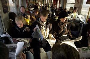 Foto: Gunnar Lundmark/Svd/TT En vanlig syn i tunnelbanan i Stockholm för tio år sedan. Nästan alla läste gratistidningar. Idag tittar passagerarna i mobilen istället. Metro har gått i konkurs.