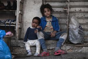 Yonas (Boluwatife Treasure Bankole) och Zain (Zain Al Rafeea) i Beiruts slumkvarter. Pressbild. Foto: Scanbox