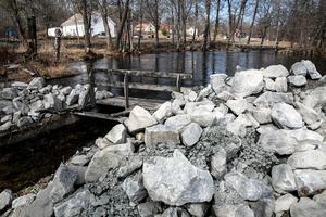 Sten och grus ska se till att dammarna håller för trycket.