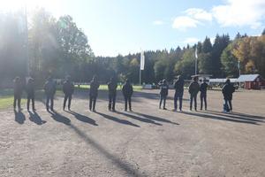 Tillresta Gais-supportrar ser matchen på långt avstånd en bra bit ute på parkeringen.