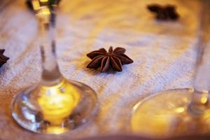 Sprid ut stjärnanis på bordet! Det är vackert och förstärker juldoften.