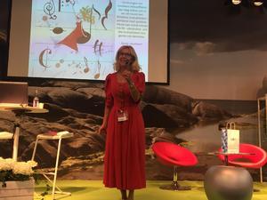Marie föreläser i sin röda klänning. Bild: privat
