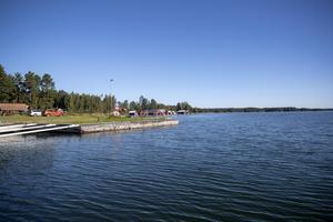 Axmarby har en under sommartid välbesökt gästhamn. Att ta sig in dit försvåras på grund av två saknade sjömärken.