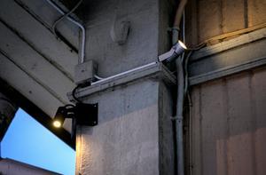 På Ekeliden sitter fasadbelysningen fast och installerad av elektriker. Men du kan ha en enklare fasadbelysning också som du får sätta upp själv, ungefär som julbelysning.