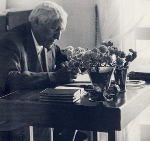 Carl Milles vid sitt skrivbord strax före sin död 1955.Foto: Okänd