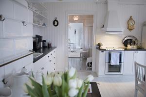 När de flyttade in var köksskåpen hemmasnickrade varianter av gamla garderober. Nu har hela köket fått ny inredning i gammal stil. Skåen från Ikea har piffats upp med knoppar och handtag från Madame Nyberg i Valbo.